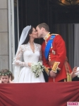 Royal-Wedding-William-and-Kate-Kiss-435x580